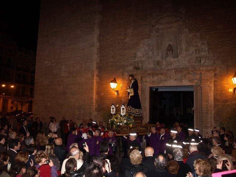 El Jesús de Medinaceli sale a hombros de portadores de Alzira de su templo en el Miércoles Santo/Artur Part