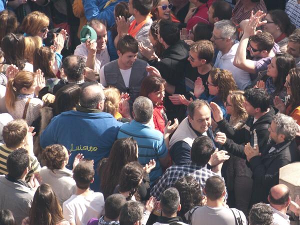 El pirotécnico sale aplaudido tras la mascletà. Foto: Manuel Molines