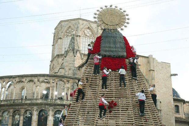 Comenzaba a tomar forma el manto de la Virgen con los primeros ramos de un precioso rojo sangre. Foto: Manuel Guallart