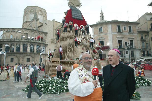 El periodista Julio Tormo, entrevistando a monseñor Osoro, Arzobispo de Valencia. Foto: Manuel Guallart