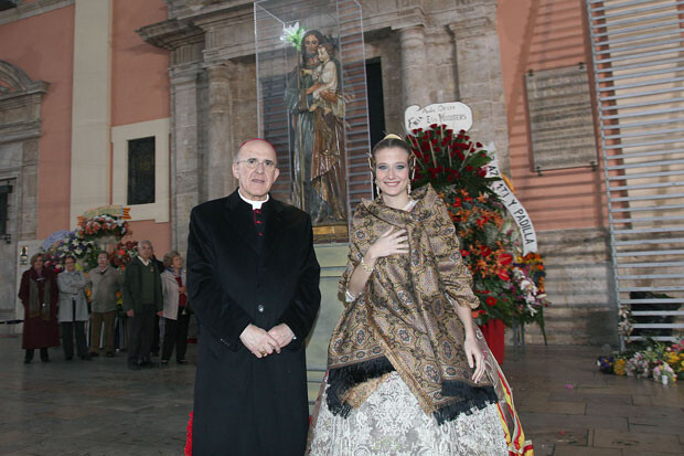 Monseñor Carlos Osoro con Begoña Jiménez, Fallera Mayor de Valencia. Foto: Manuel Guallart