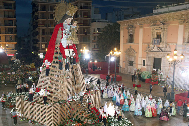 La noche cayó y el manto de la Virgen seguía creciendo. Foto: Manuel Guallart