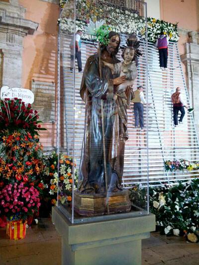 Imagen de San José delante de la Basílica, en la Ofrenda. Foto: Artur Part