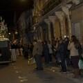 El capataz de los granaderos del Cabanyal dirige el paso de los costaleros en una calle del Cabanyal en su salida de anoche/Isaac Ferrera