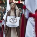 Uno personaje bíblico de la Hermandad del Santo Cáliz en el cortejo del Santo Entierro/Isaac Ferrera