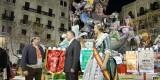 Joan Calabuig departe con el presidente de Maestro Gozalvo ante la fallera mayor de la comisión ganadora del picota/pspv