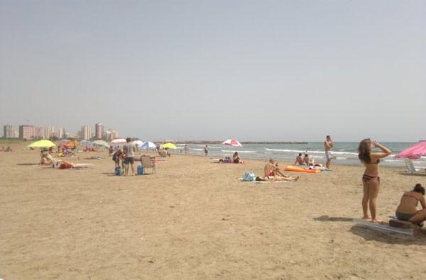 Turistas en la playa en Semana Santa