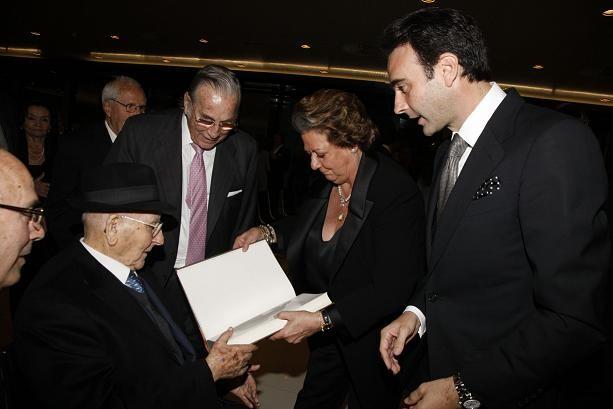 La alcaldesa lee el libro en presencia de Ponce, Amorós y Benlloch/ayto vlc