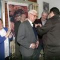 Pascual Ribera impone la Creu Marinera a Ramón Guardino en presencia de su hijo, enmedio, y la presidenta de la junta mayor, Begoña Sorolla/eos/paco celdrán