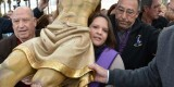 Las mujeres también llevan al Salvador, el conocido popularmente como el patrón del Cabanyal. En la foto una joven lo porta en su pecho/paco lledó