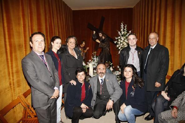 Cofrades de la Corporación de Longinos con la alcaldesa y el edil de Fiestas en casa del cofrade agraciado/ayto vlc