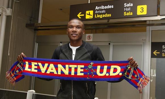 El mozambiqueño con una bufanda del equipo/jorge ramirez