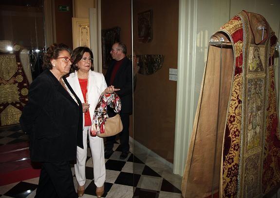 La alcaldesa escucha las explicaciones de María Victoria Liceras en el Museo de la Ciudad/ayto vlc