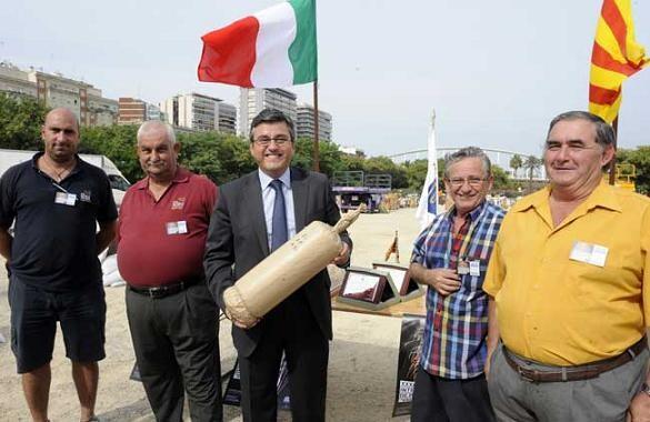Vicente Cervera y Gaspar Guaita, gerentes de Turis, a la derecha, en una instántanea de cuando dispararon el Festival de Pirotencia en 2011/dival