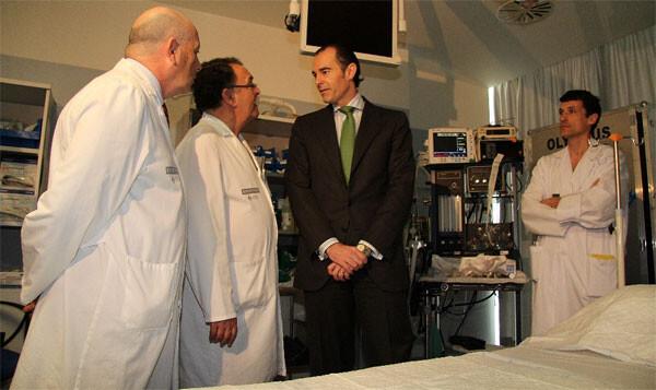 El  conseller de Sanitat, Manuel Llombart, en el transcurso de su visita a las Unidades de Consejo Genético y de Endoscopias del Hospital General Universitario de Elche