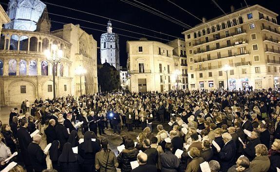 Una multitud de gente llenó la plaza de la Virgen para participar en el Vía Crucis en el Año de la Fe/a.saiz