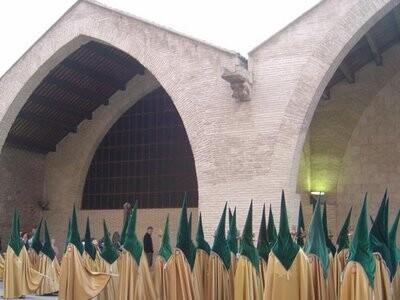 Los vestas de la Hermandad de Jesús con la Cruz a su paso por las Atarazanas en la Visita a los Monumentos/eos