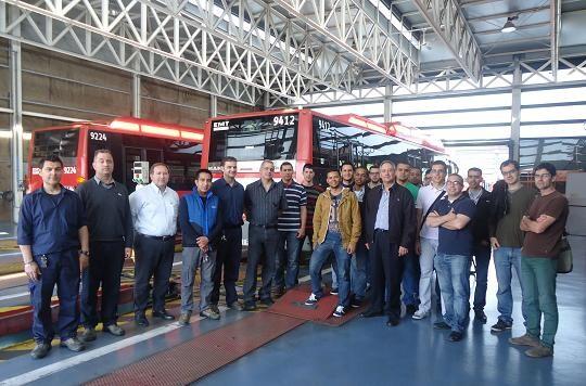 Los alumnos de Ingenieria con los operarios de la EMT/EMT