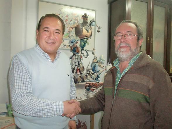 El presidente de la falla, Marcos Soriano, y el artista Julio Monterrubio, sellan el acuerdo para hacer la falla en Sección Especial Infantil/duquedegaeta