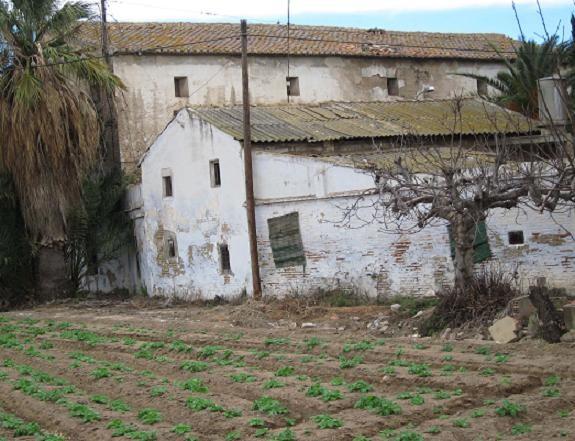La Alquería de Serra vista desde de uno de los lados/esquerra unida