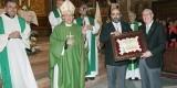 Rossi recibe la placa homenaje del nuevo dirigetne en presencia del arzobispo/AVAN