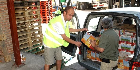 Unas personas cargan alimentos para personas necesitadas en una ciudad