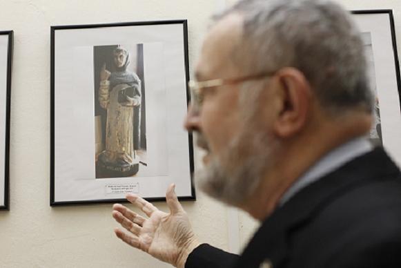 Alfonso Esponera delante de la exposición/Alberto Saiz