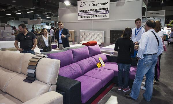 Varias personas mira unos sofas en la feria Stokcity/I.Ferrera