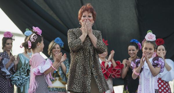 Caroly da muestras de agradecimiento al público por haber acudido a su primer desfile en la feria/Isaac Ferrera