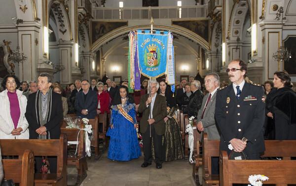 La comitiva del centro aragonés entra a la iglesia del Pilar con su estandarte/Isaac Ferrera