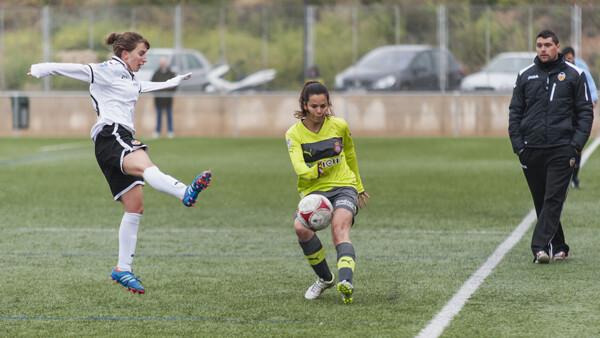 Un momento del partido con el entrenador del VCF Femenino al fondo/I.Ferrera