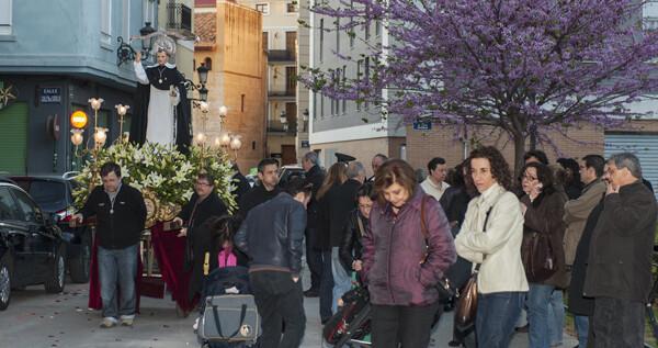 Los vicentinos del Altar del Pilar durante el traslado del santo al casal de la falla del Pilar/Isaac Ferrera