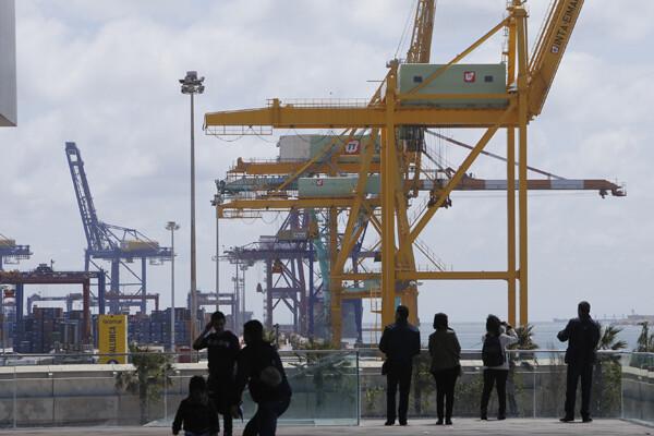 Vista de grúas portacontenedores en el puerto de Valencia/Manuel Molines