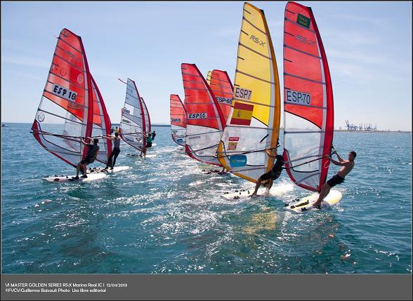Imagen de la regata de windsurf desarrollada hoy en aguas de la Marina Real Juan Carlos I/guillermo baixauli