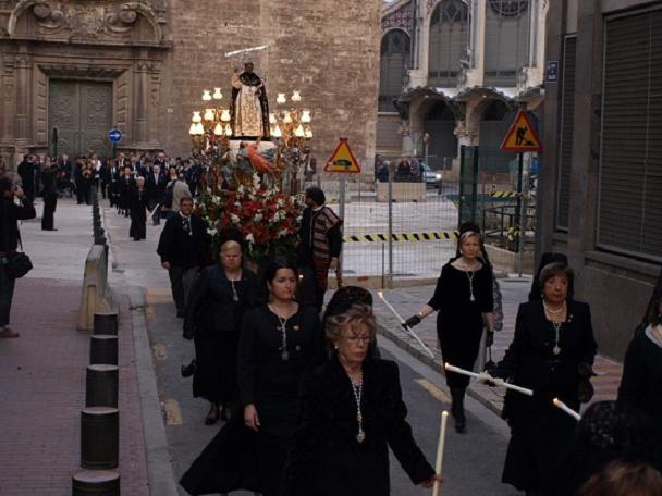 El cortejo procesional del altar del Mercat recorre las calles de su demarcación con la imagen del patrón/artur part