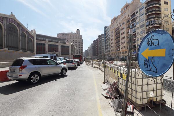 Varios vehículos circulan hace una semana por la plaza Brujas/manuel molines