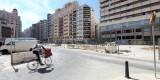 Un ciclista entra en la plaza Brujas con el edificio de la Administración de Hacienda al fondo que desalojarán para ir al de la conselleria de Blasco Ibáñez/m.molines
