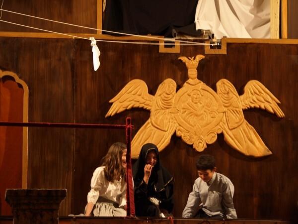 Un momento de la representación del miracle con el pañuelo sobrevolando/a.part