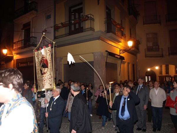 Traslado del Vol del Mocadoret por las calle del barriao de La Seu y que fue seguido por varios centenares de personas/a.part