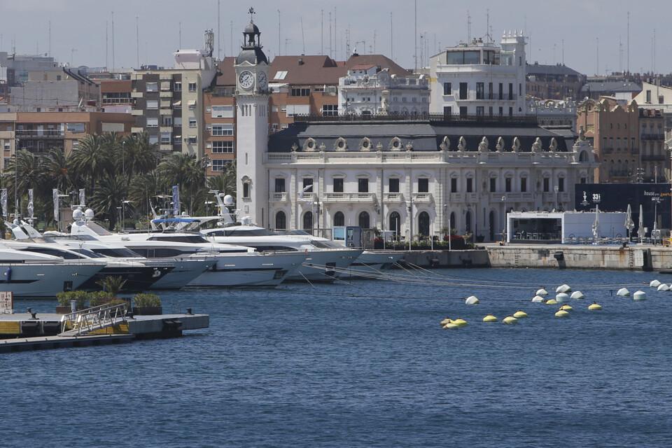 Vista de la Marina Real Juan Carlos I con el edificio del reloj al fondo/manuel molines