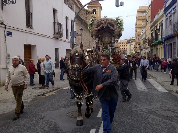 La carreta de la Hermandad del Rocío tirada por caballos en la calle Antonioi Juan del Cabanyal/vlcciudad-p.varea