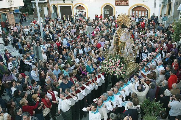 Un grupo de portadores lleva a hombros en un impresionante traslado en La Pobla de Vallbona el pasado fin de semana/Manolo Guallart