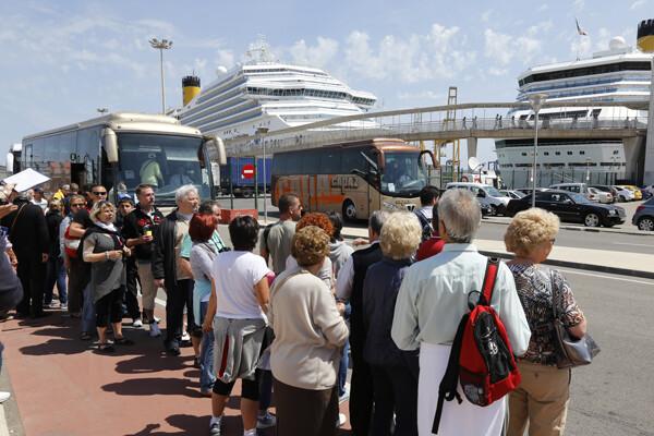Los cruceristas cogieron autobuses para desplazarse al centro de Valencia/Manuel Molines