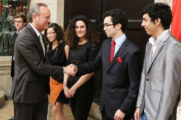 Alberto Fabra saluda a los ganadores de los Premios de Bachillerato