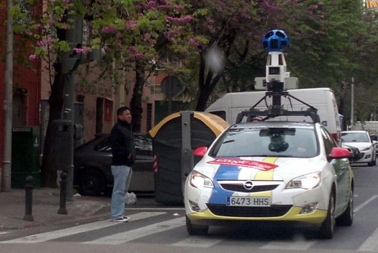 El coche de Google Streetview, circulando y grabando por la avenida de Portugal.