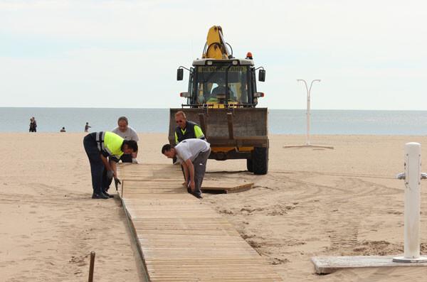 Colocación de pasarelas en la playa de las Arenas esta pasada semana. Foto: Javier Furió