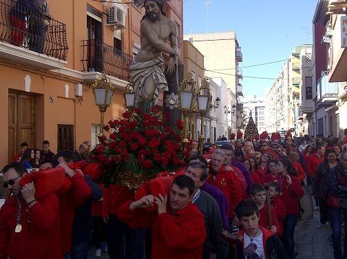 Una marea roja acompañó el paso en el Cabanyal a los sones de San Luis Bertrán/vlcciudad