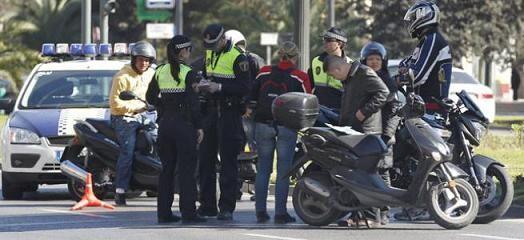 Policías Locales realizan un control durante las fallas a un grupo de motoristas/vlcciudad