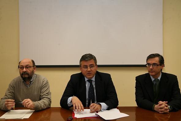 El concejal de Juventud, Cristóbal Grau, con dos de los especialistas del plan de Juventud/vlcciudad