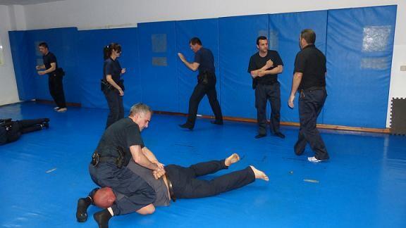 Agentes que participan en el curso de defensa personal del CSI.F/CSI.F